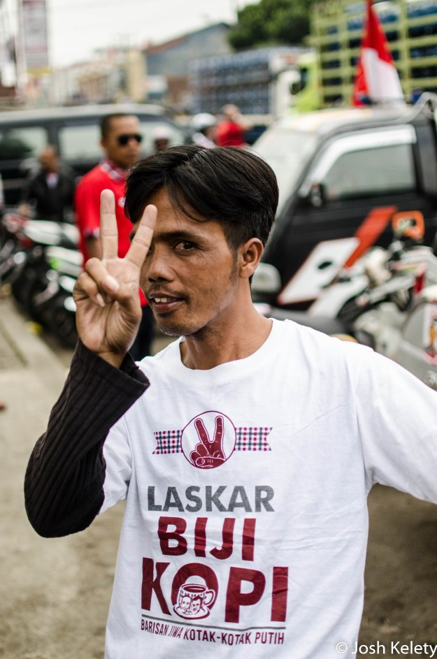 Jokowi supporter sporting a Laskar Riji Kopi t-shirt