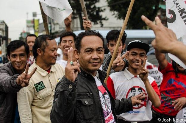 Supporters in Cirebong await Jokowi's arrival.