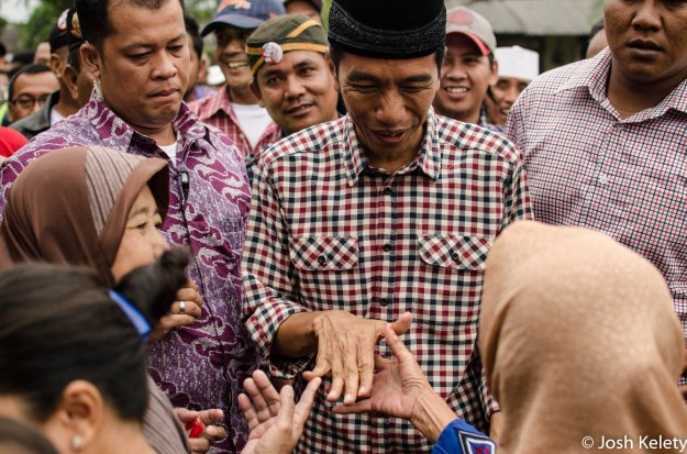 Jokowi greets supporters in Sukabumi on his way to meet a influential religious figure