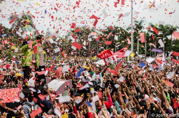 Jokowi greets a crowd at a Bandung rally