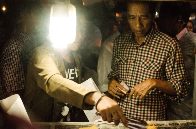 Jokowi stops to buy gorengan from street vendor