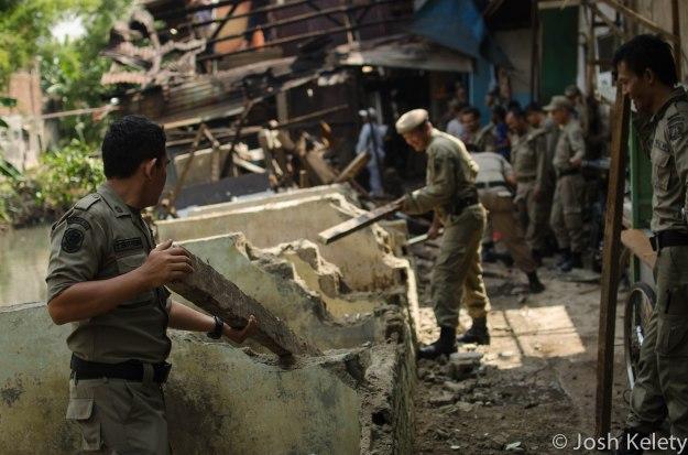 Saptol-PP personel destroy homes along Mampang river